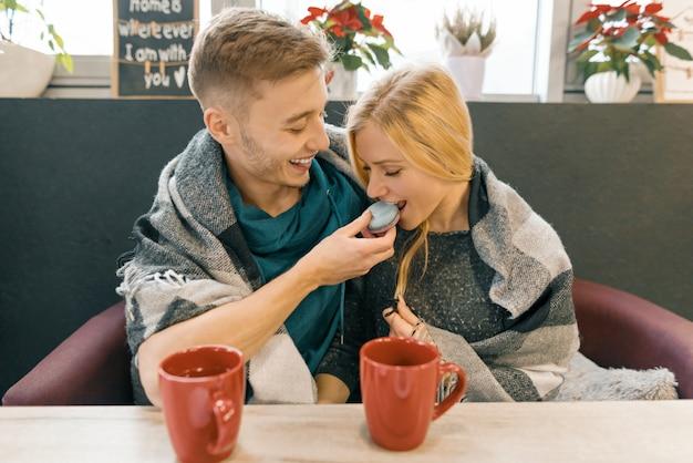 カフェで恋に若い幸せなカップル