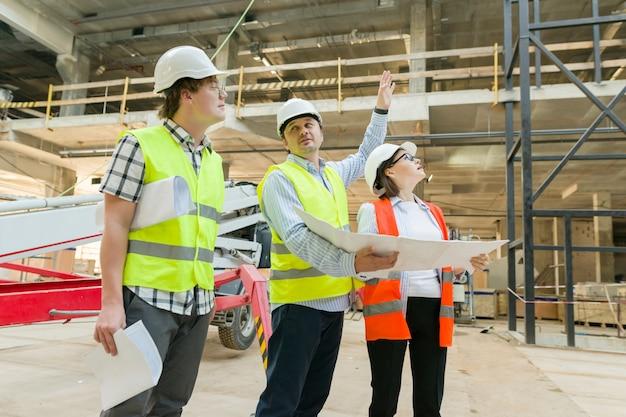 建築現場のエンジニア、建設業者、建築家のグループ