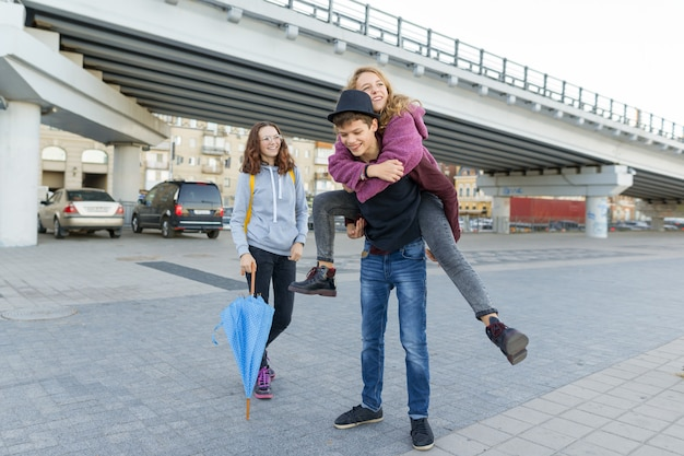 Группа друзей-подростков веселится в городе