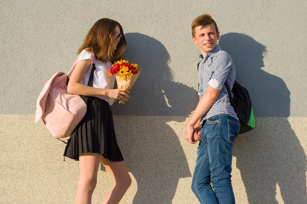 Подростки мальчик и девочка гуляют, смеются, разговаривают