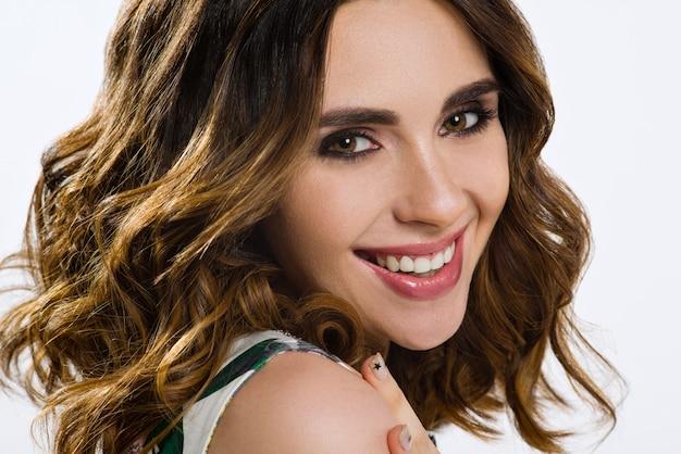 Красивая женская модель с каштановыми волосами и карими глазами
