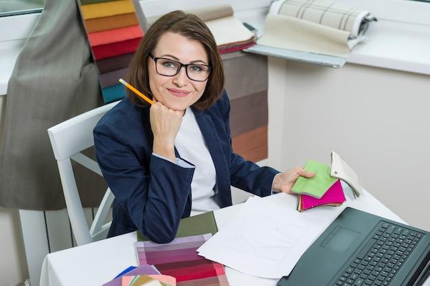 Дизайнер интерьера, на рабочем месте в офисе