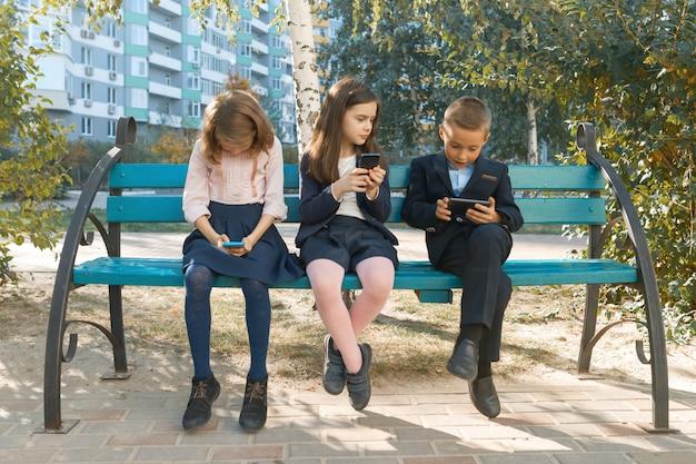 携帯電話を持つ子供たちのグループ