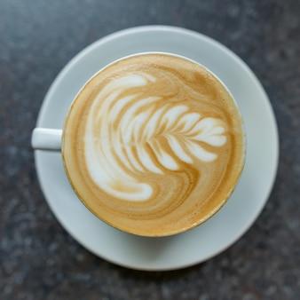 ソーサーと白いカップのコーヒーアート
