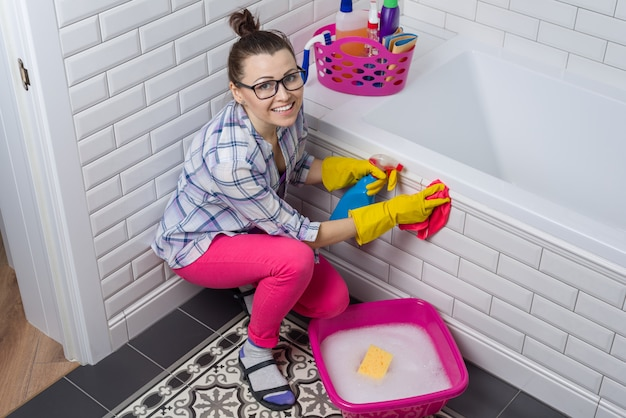 女性は自宅のトイレで掃除しています