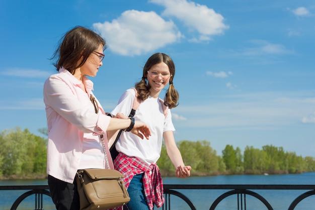 Мать и дочь подростка идут по улице