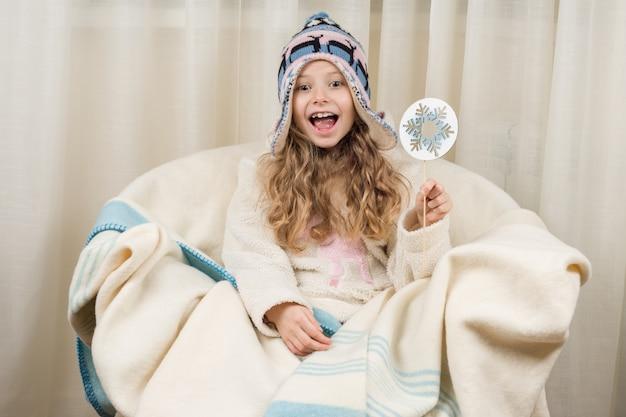 冬の帽子とセーターで感情的な女児