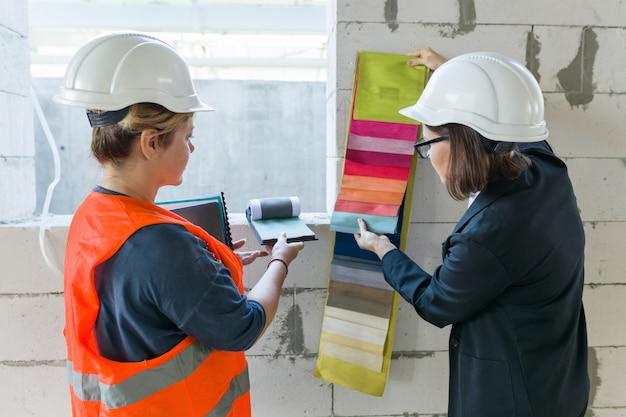 布地のサンプルを持つ女性建築家およびデザイナー