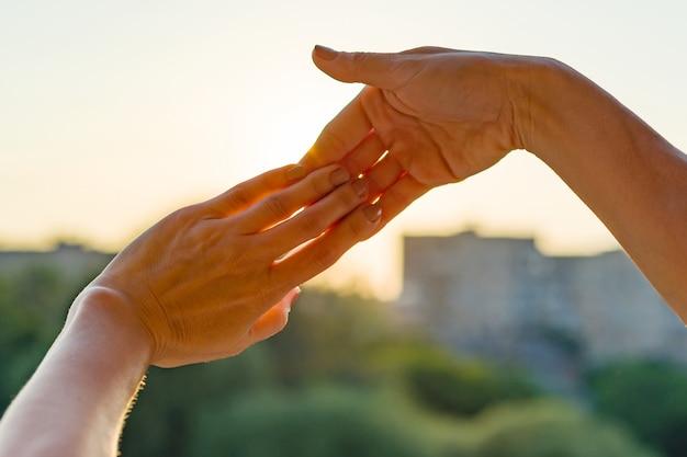 指のジェスチャーを一緒に示す手