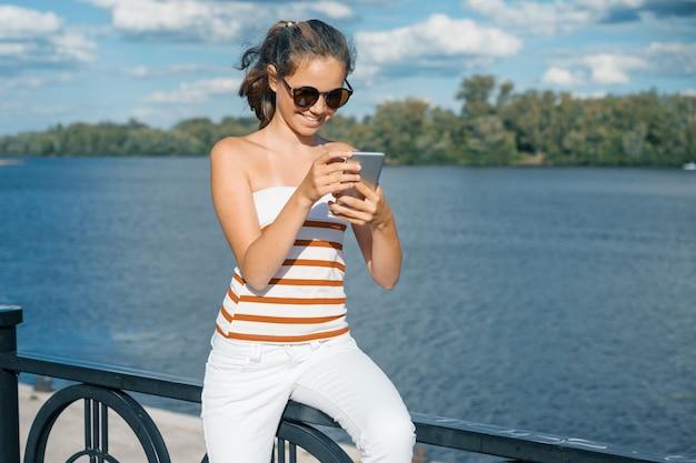 若い女の子ブロガーは、彼のブログのために写真とビデオを取ります。