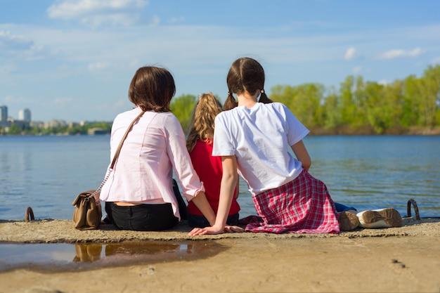 母と二人の娘の屋外のポートレート