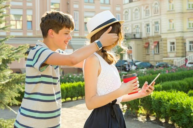 十代のカップルが街で楽しんでいます