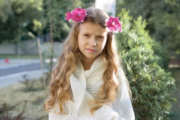 Открытый портрет красивой девушки ребенка блондинка