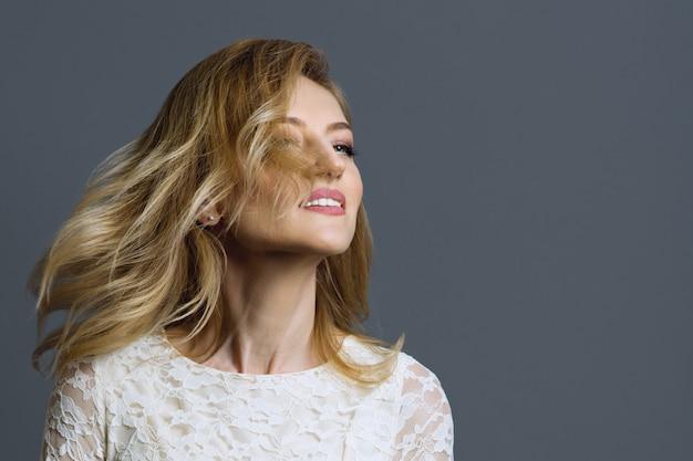 彼女の頭を回転させる金髪の女性の肖像画