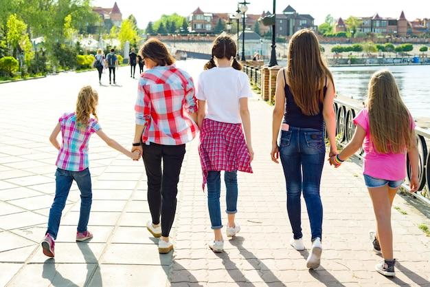 Группа детей и женщин гуляет в парке