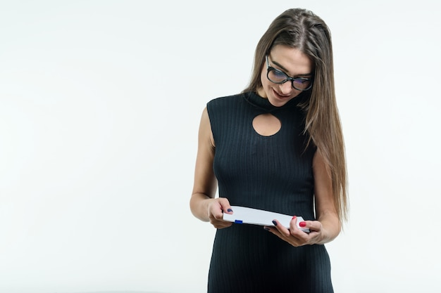 ドキュメントを読んでメガネ黒ドレスのビジネスウーマン