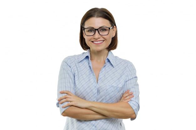 自信を持って女性の笑みを浮かべて腕を組んで、ビジネスウーマン、専門家、専門家