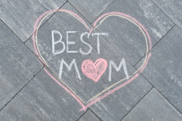 母の日のクレヨンで灰色の歩道に書かれたテキスト最高のお母さん
