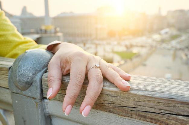 手の成熟した女性、マニキュアの爪、指にリングのクローズアップ