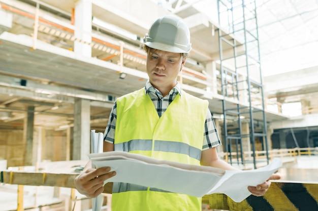 Портрет мужчины инженера на строительной площадке
