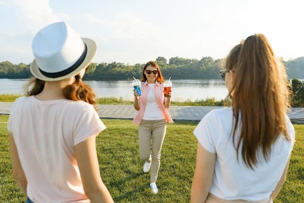 Счастливая мать отдыхает на природе со своими дочерьми-подростками