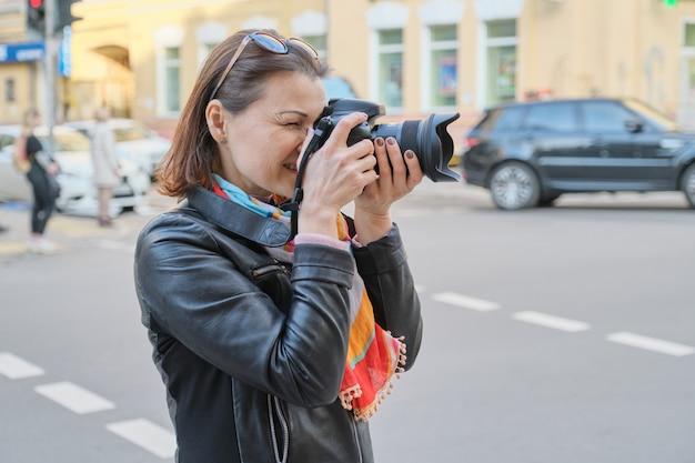 Зрелая женщина профессиональный фотограф