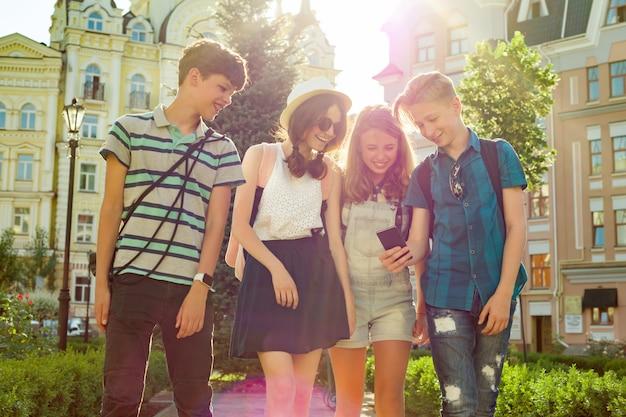 Группа молодежи веселится, счастливые подростки друзья гуляют
