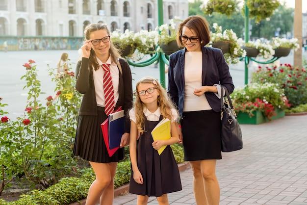 学校へ行く途中の親と子