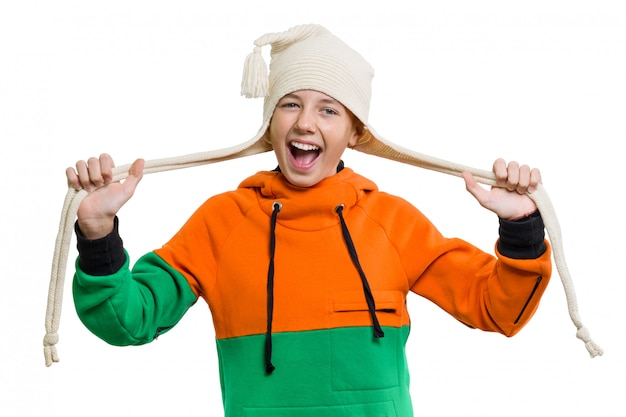 Крупный план зимнего портрета привлекательной девушки в вязаной шапочке