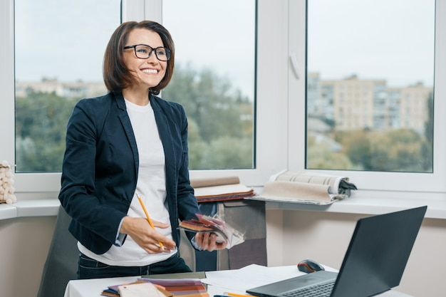 職場の女性デコレータインテリアデザイナー