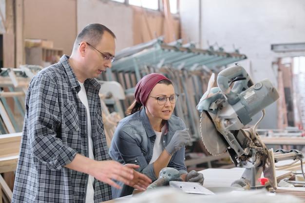 働く男性と女性、家具建具生産の産業の肖像画。