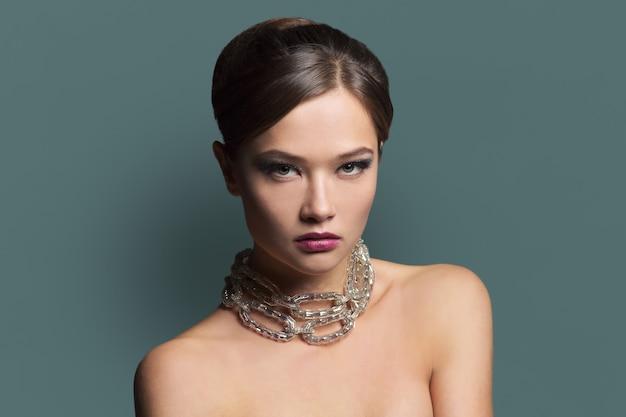 Красота чувственной гламурной женщины с вечерним макияжем и прической