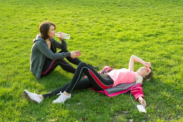 Мать и дочь подросток отдыхает после тренировки