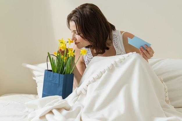 花の花束を持つ大人の女性