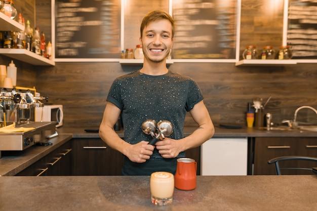 Портрет молодого улыбающегося мужского работника кафе