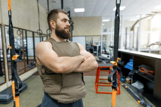 Портрет мышечной кавказских бородатый взрослый мужчина в тренажерном зале