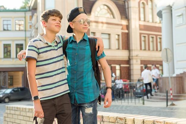 Открытый портрет двух друзей мальчиков, подростков