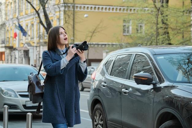 市内のカメラと美しい若い女性