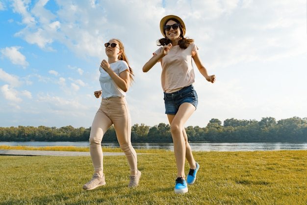 Молодые девушки бегут
