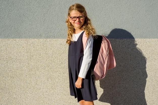 カバンと制服を着た小学生の肖像画