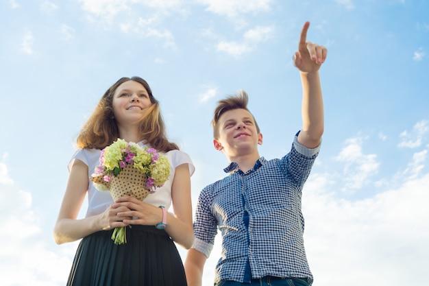 Счастливая пара подростков мальчик и девочка