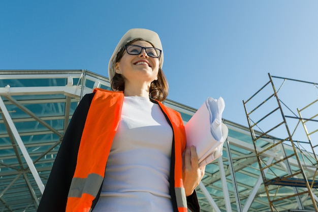 建設現場で成熟した女性エンジニア。