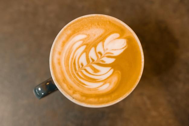 トップビュー、ラテアート、灰色の石のテーブルの上にコーヒーカップ