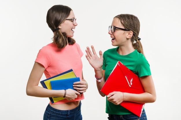二人の十代女の子が話し笑う