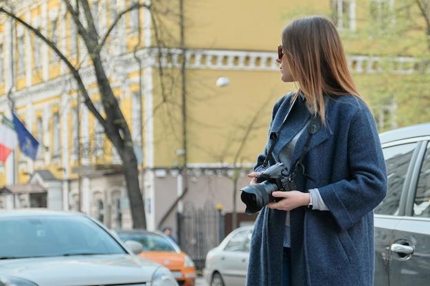 街で写真を撮る女の子観光客