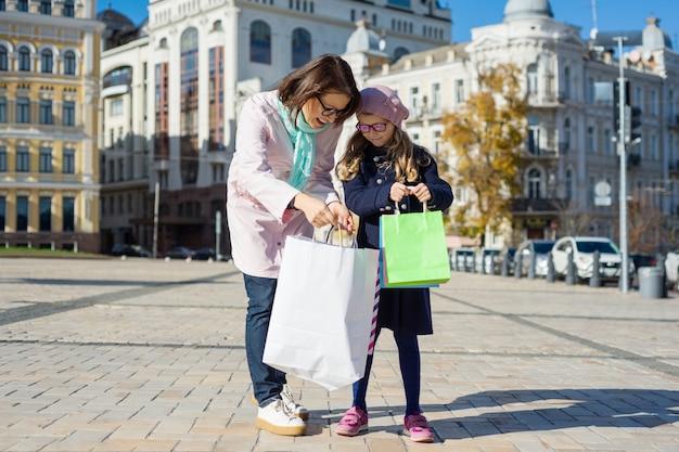 ママと小さな娘の幸せなショッピング