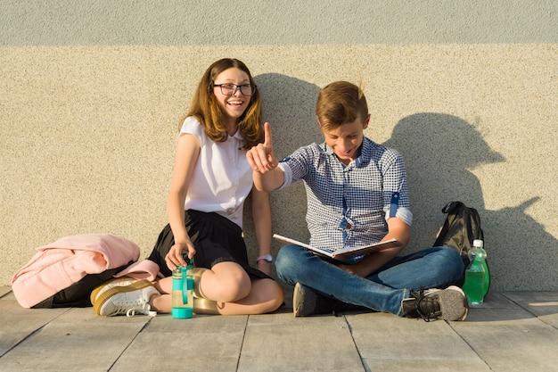 キャンパスパス上の幸せな学生