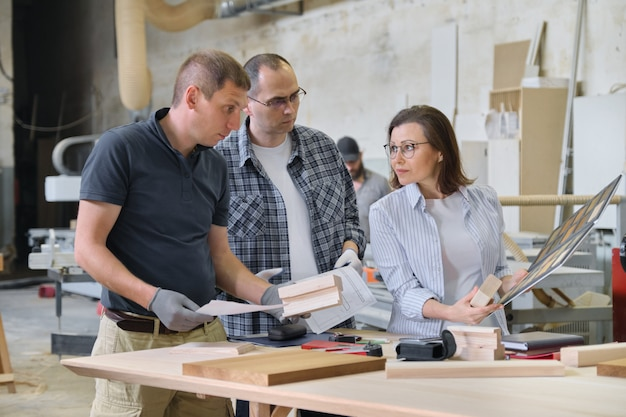 産業人のクライアント、デザイナー、またはエンジニアと労働者のグループ