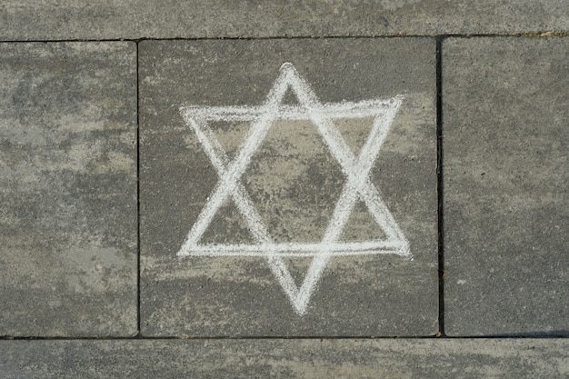 Абстрактный образ шестиконечной звезды, написанные на сером тротуаре
