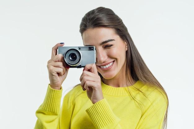 若い魅力的な女性の写真を撮る